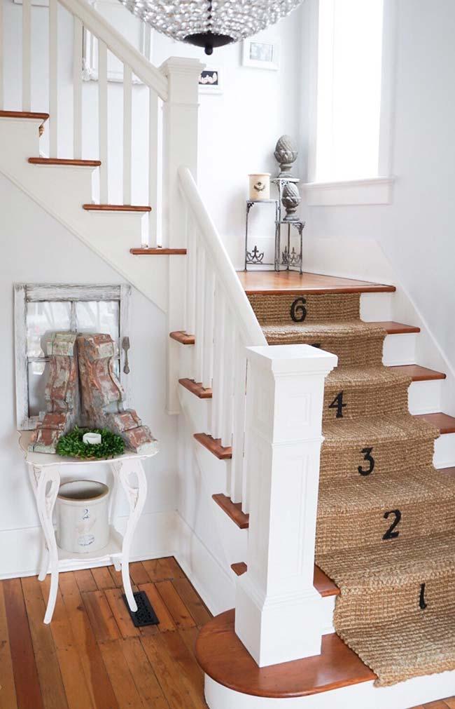 Tapete da escada em juta; lembre-se de colar o tapete para evitar acidentes