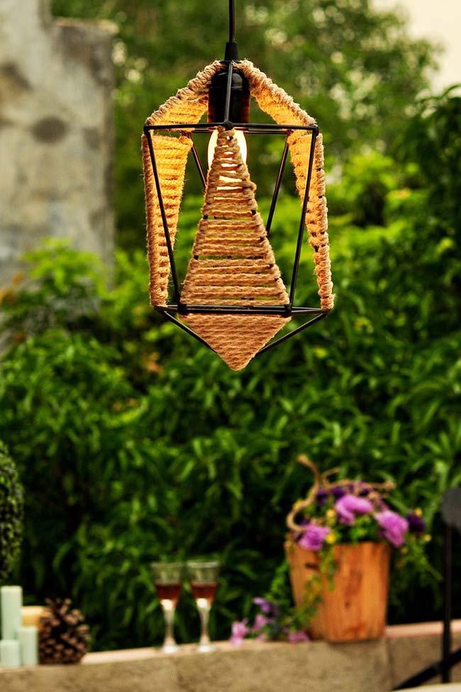 Luminária externa feita com juta esbanja design e rusticidade