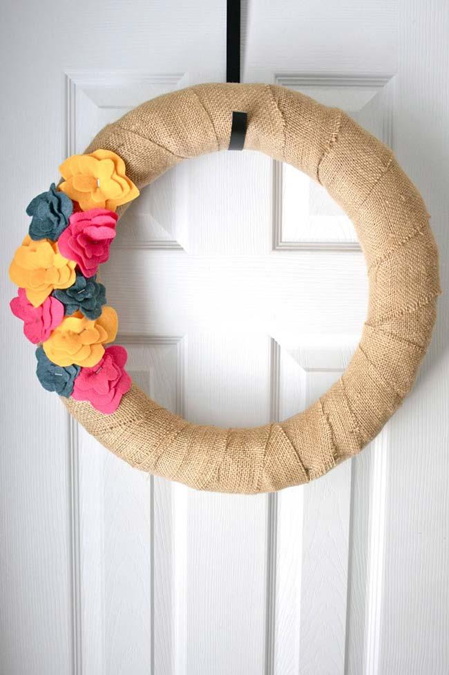 Totalmente artesanal essa guirlanda de porta feita com juta e flores de feltro