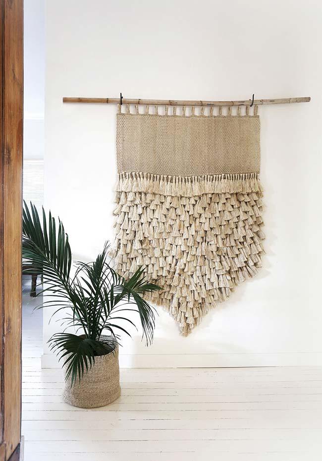 Para combinar com o enfeite da parede, um cachepô para a palmeira no mesmo material