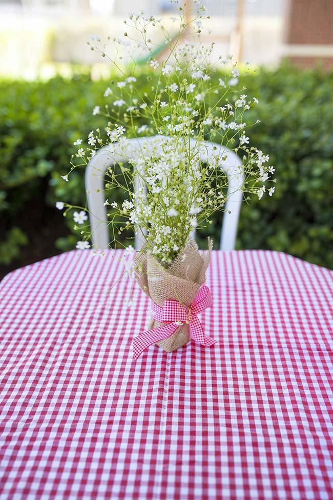 Um arranjinho simples, mas capaz de deixar a mesa muito mais acolhedora e bonita