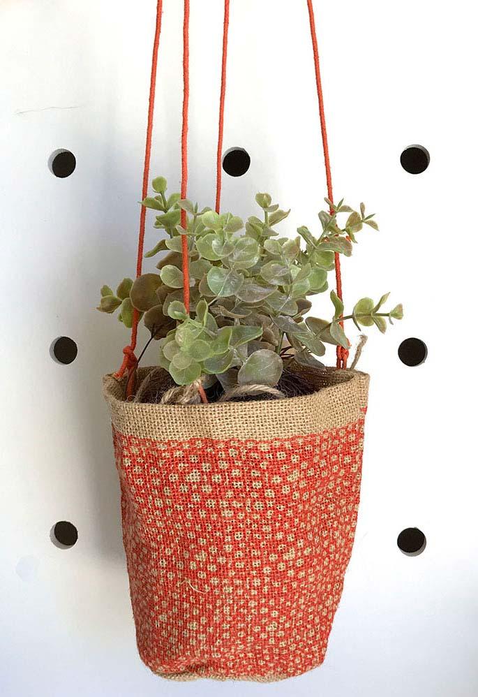 O saco de juta que sustenta o vaso ganhou uma pintura vermelha diferenciada