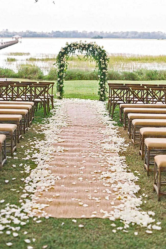 O tradicional tapete vermelho que leva a noiva até o altar foi substituído aqui por um tapete de juta