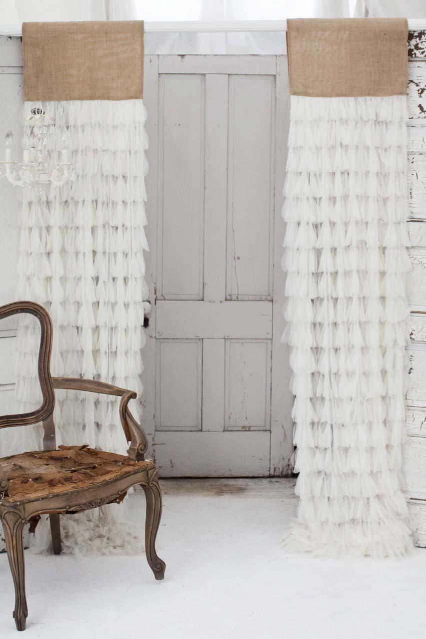 Uma cortina bem diferente feita com juta e tecido branco