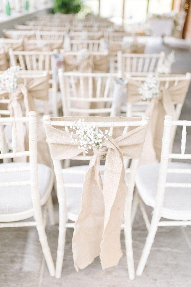 As cadeiras dos convidados ficam mais charmosas com a combinação de juta e flor de noiva