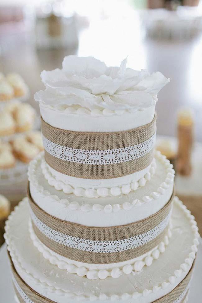 Bolo de casamento decorado com renda e juta: é ou não é pra cair de amores?