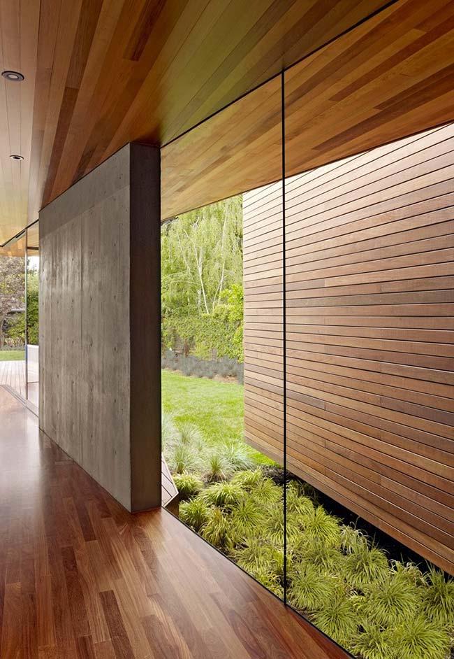 As touceiras maiores de grama preta se destacam nessa casa de madeira