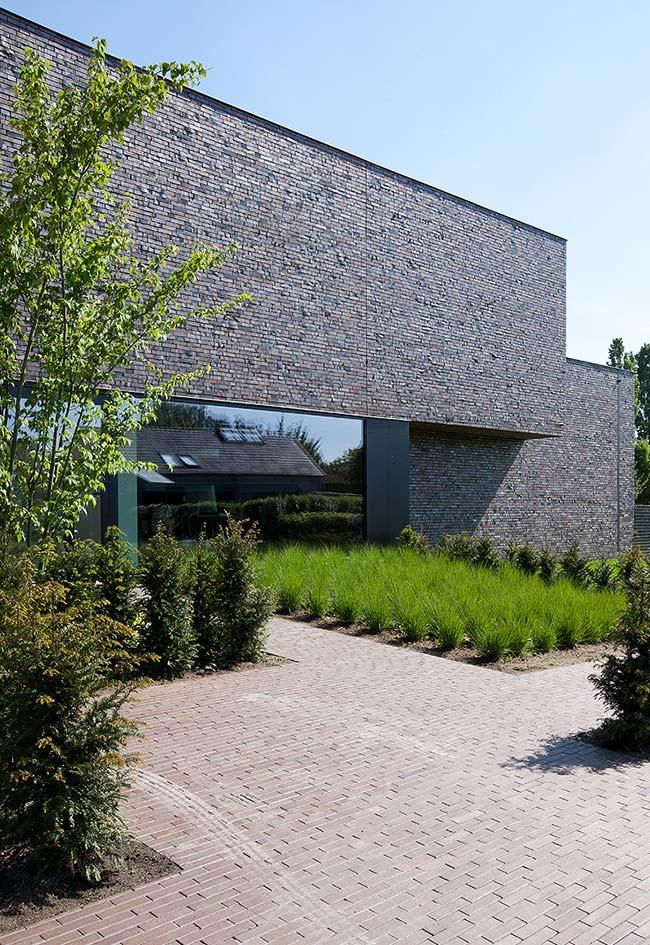 Aqui, a grama preta plantada em touceiras espaçadas nem parece uma forração