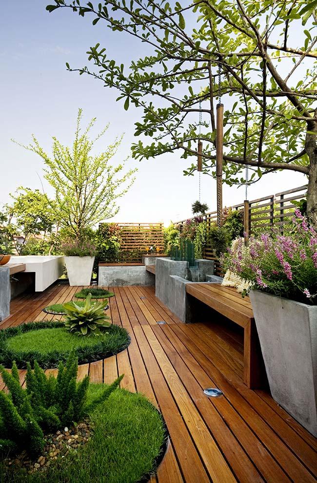 O deck de madeira realça o verde da grama