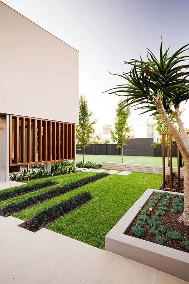 Lembra daquele jardim com canteiros centrais de grama preta? Ele volta aqui para se mostrar na totalidade