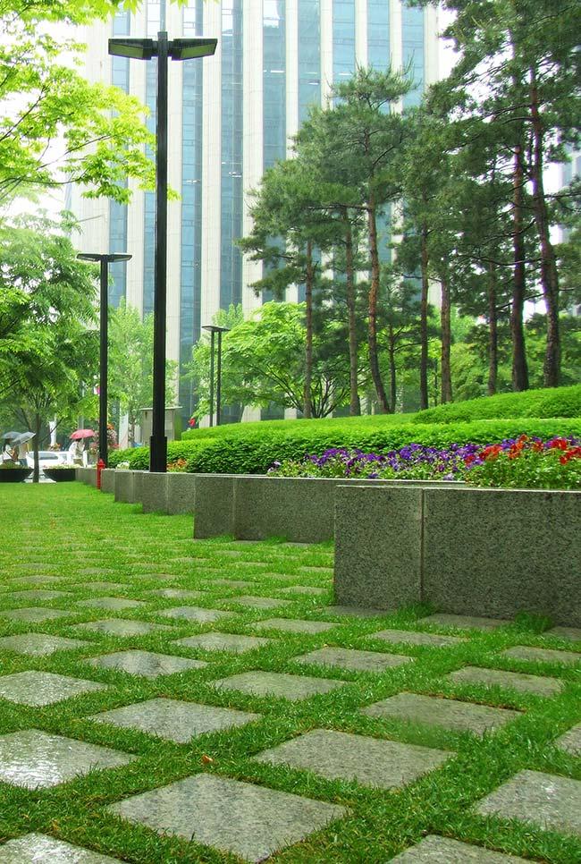 Jardim público lindamente forrado com grama preta em toda sua extensão