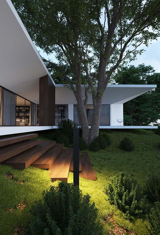 O grande jardim de grama preta deixa a casa de arquitetura moderna mais acolhedora
