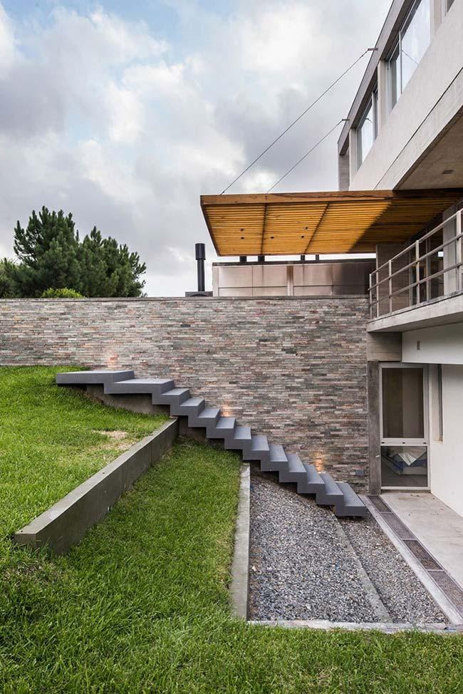 Use grama preta no quintal ao invés de piso cerâmico ou concreto