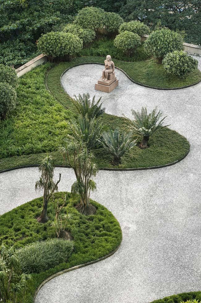 Um belo jardim ornamental circundado por pedras