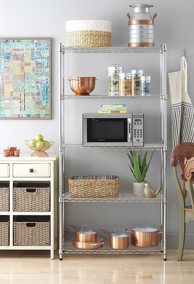 A estante metálica aramada permite organizar cestos e eletrodomésticos de modo fácil e descomplicado