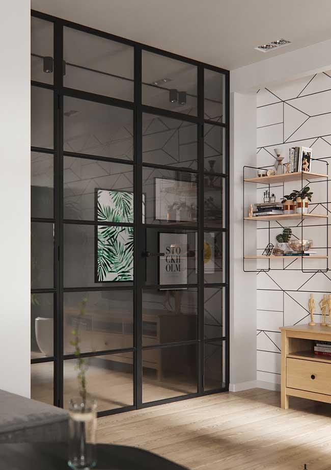A parede, que já lembra um aramado, traz um nicho que mescla aramado e madeira clara