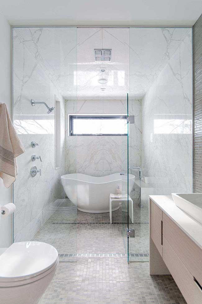 Mármore e pastilhas no banheiro spa