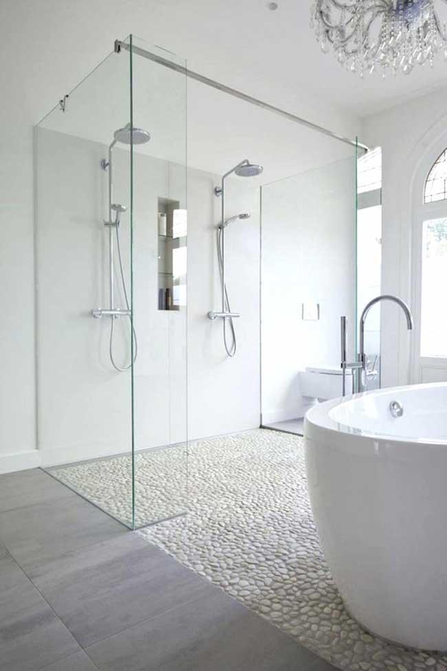 Banheiro spa branco com pedras de seixo no piso