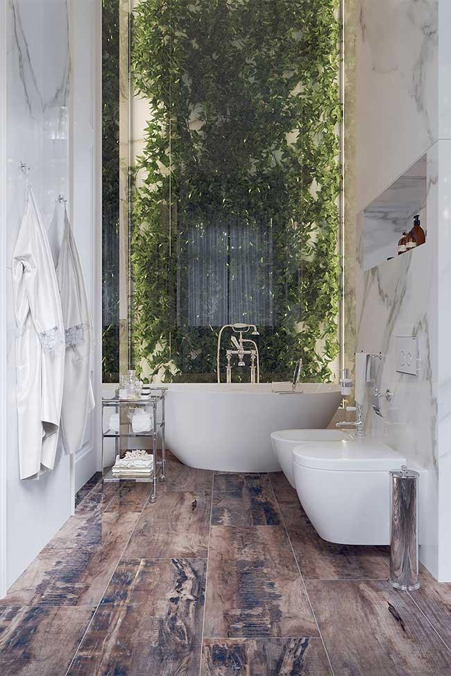piso rústico de madeira, o mármore da parede e o jardim vertical aos fundos do banheiro spa