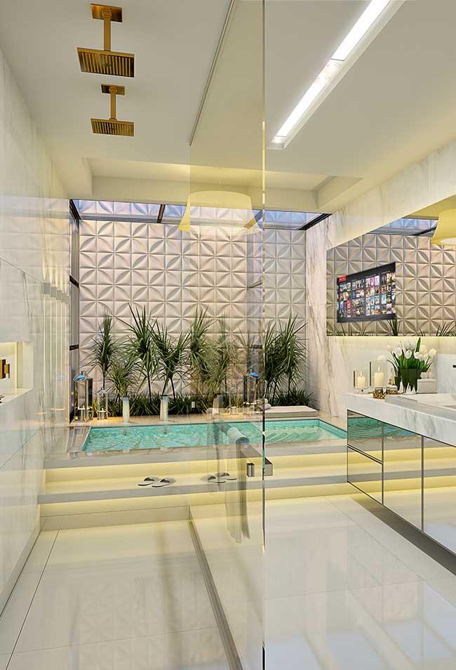 É uma banheira, mas poderia ser uma piscina também