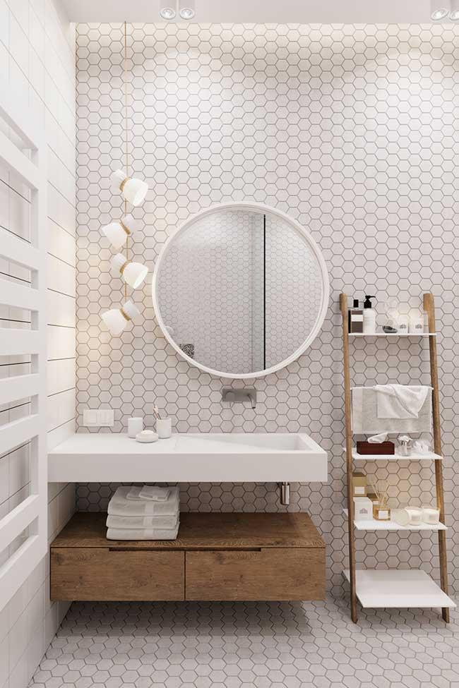 Branco e madeira no banheiro