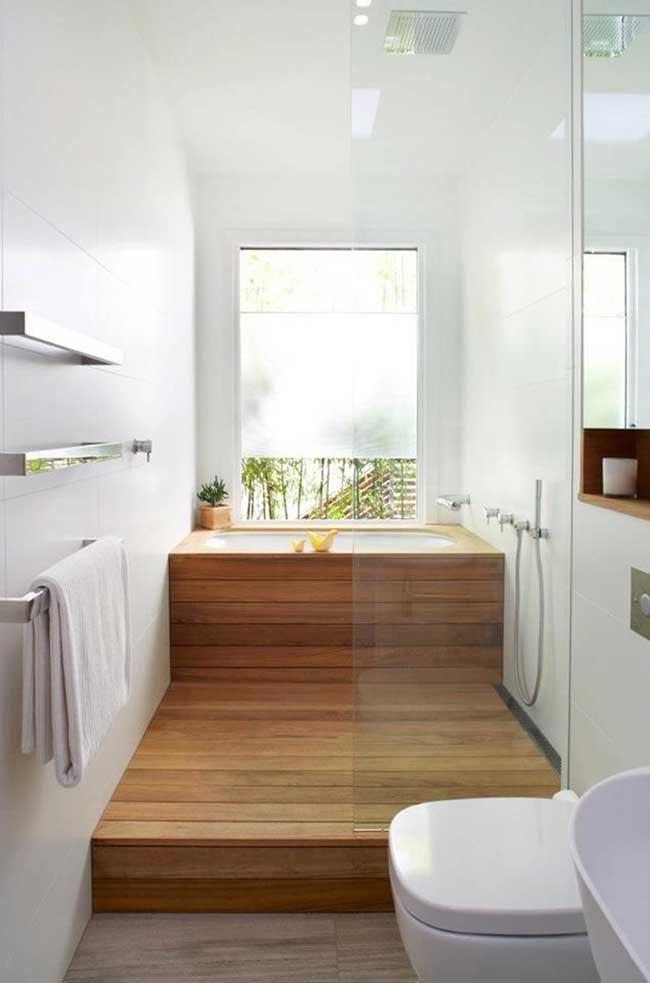 O deck elevado de madeira segue até a área do banho