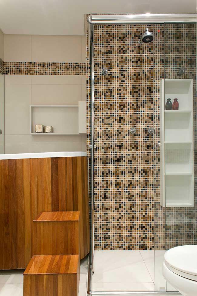 Pastilhas de vidro e madeira neste banheiro spa
