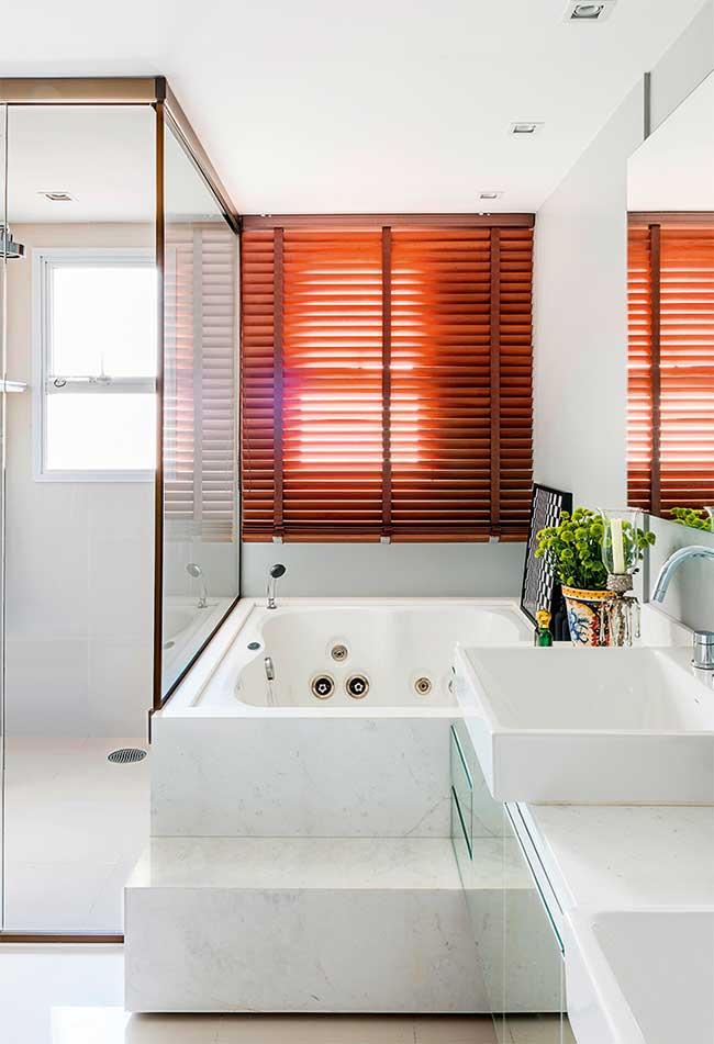 Banheiro com persiana de madeira