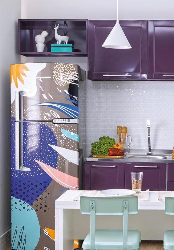 Já essa cozinha de cores fortes ganhou uma geladeira envelopada com formas abstratas