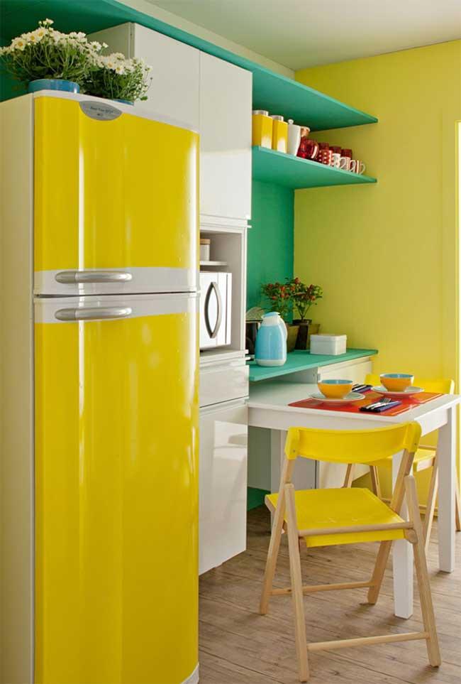 A geladeira envelopada na cor amarela optou por deixar uma estreita faixa da cor original aparecendo