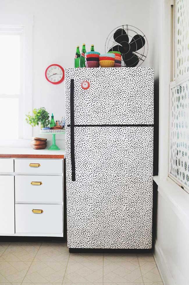 Envelopamento de geladeira: a estampa que lembra pele de onça veio parar nessa geladeira envelopada na versão preta e branca