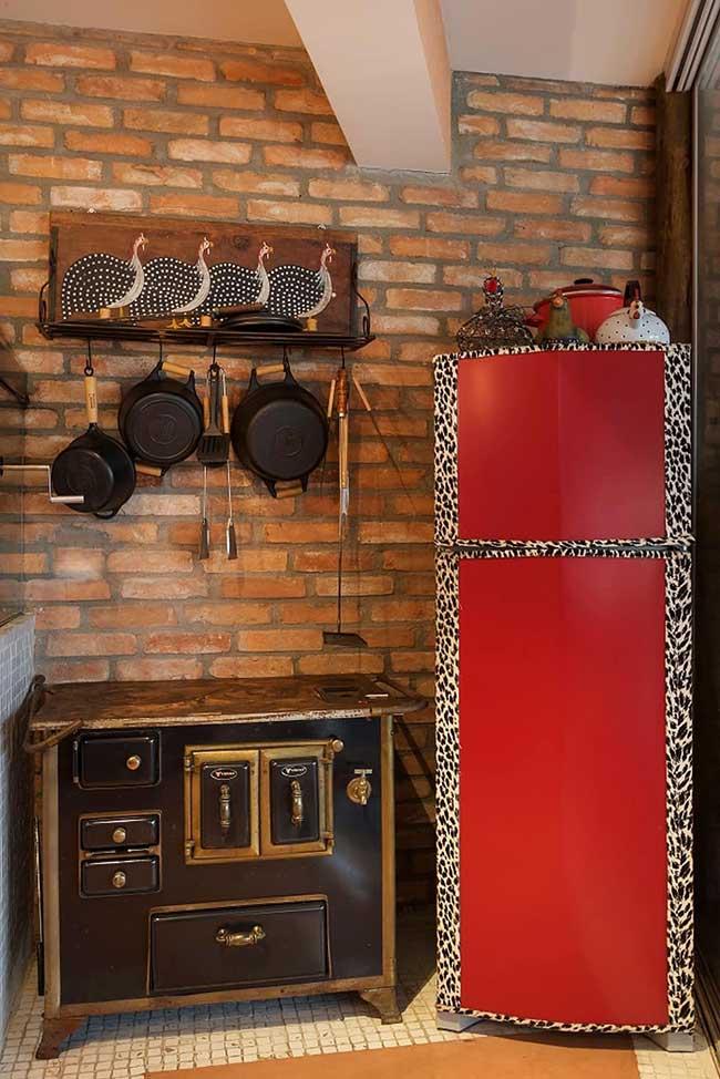 Envelopamento de geladeira: a estampa de oncinha aparece aqui também, mas em uma proposta mais chamativa e ousada