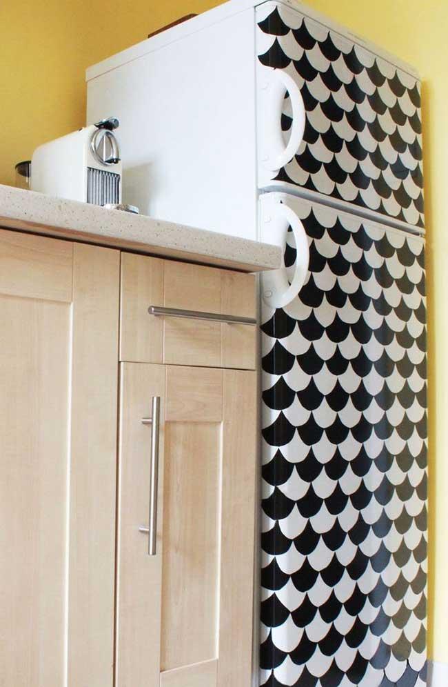 Envelopamento de geladeira preto e branco