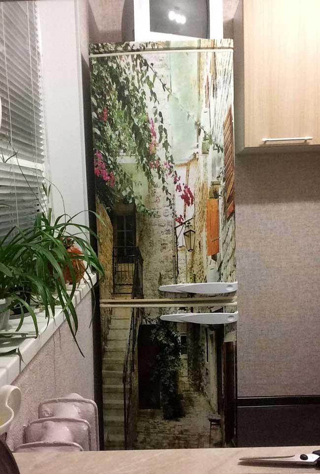 Essa geladeira envelopada traz uma paisagem inspiradora para a cozinha