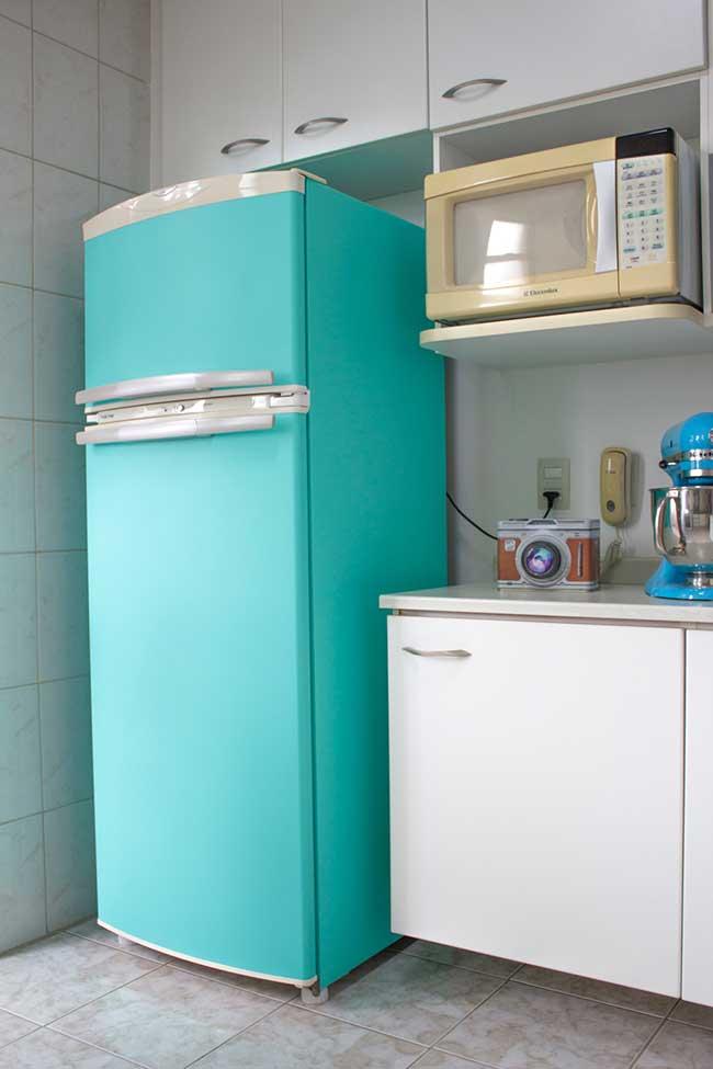 Envelopamento na geladeira na cor verde