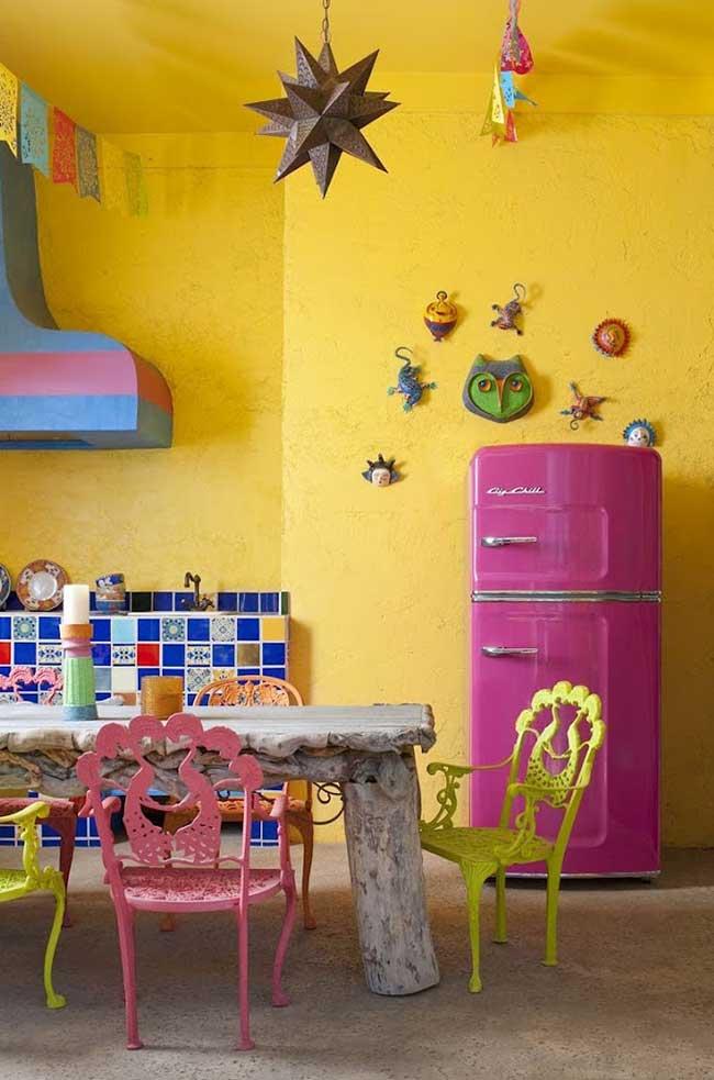 Envelopamento de geladeira considerado na combinação de cores do ambiente