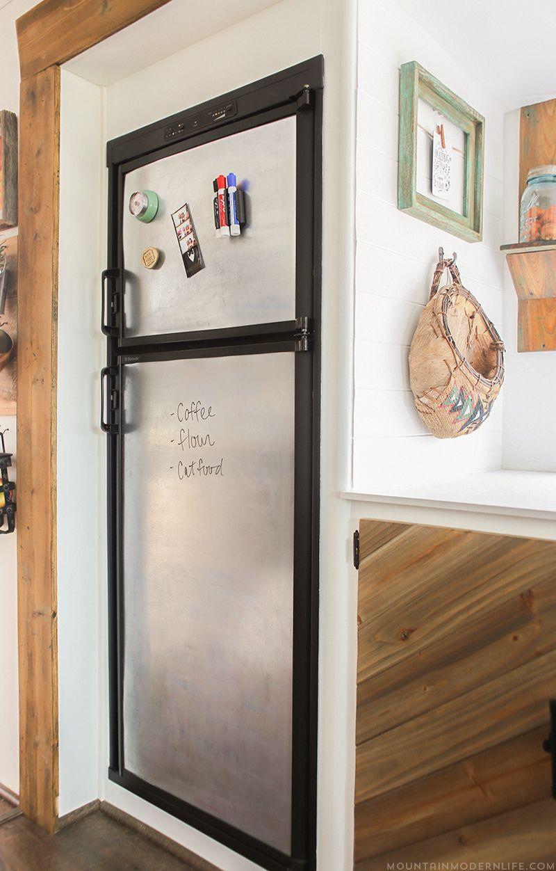 Aproveite a ideia do envelopamento para fazer da sua geladeira um mural de recados