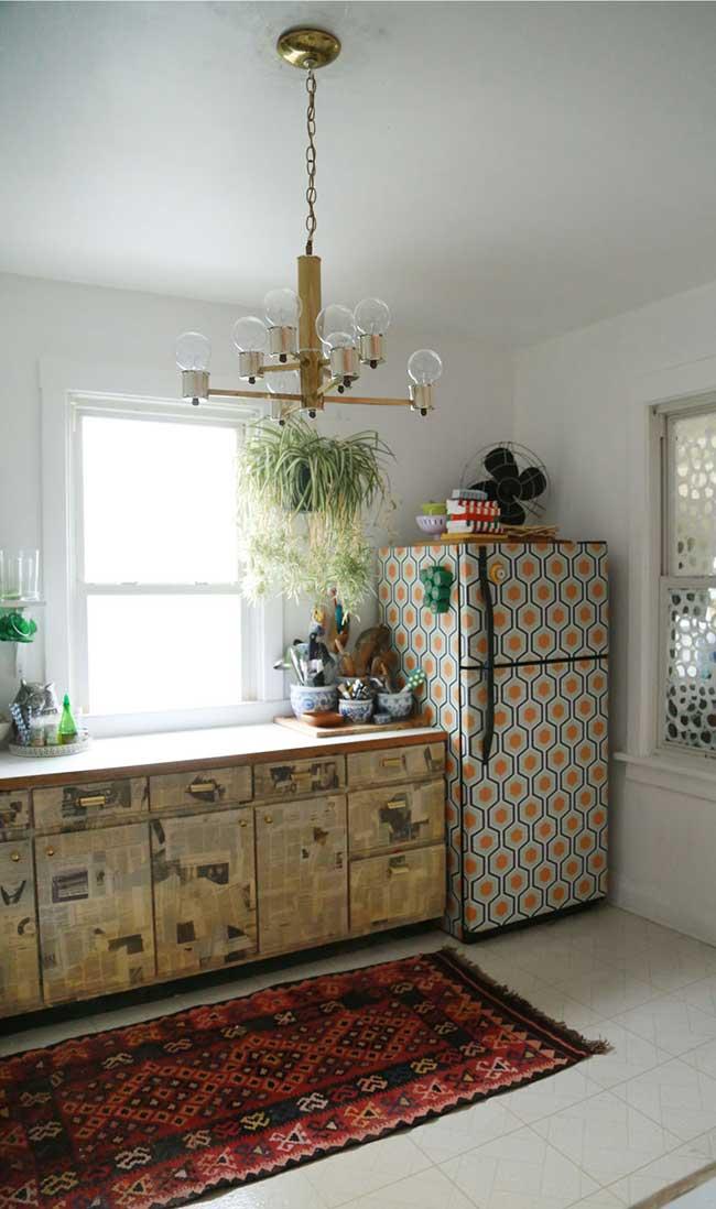 A geladeira envelopada com figuras geométricas ganhou um ar retro com as cores azul e laranja