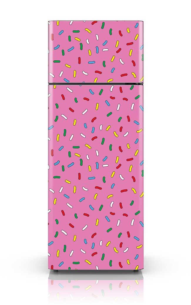Confeitos coloridos sobre o fundo rosa
