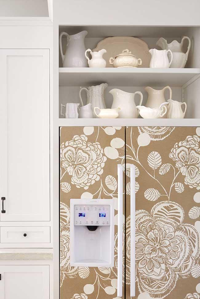 A cozinha branca ganhou uma geladeira envelopada com adesivo floral