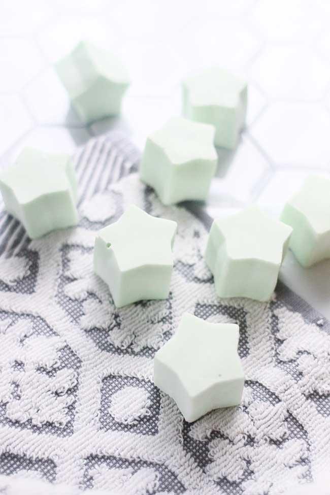 sabonetes em formato de estrelinhas; a cor branca é obtida com a base glicerinada