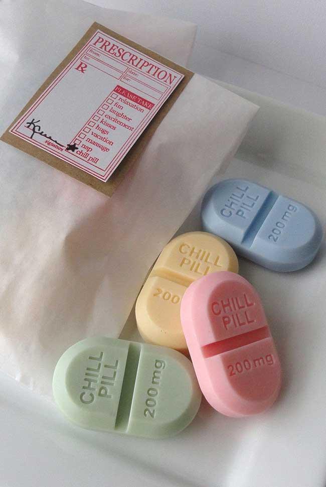 sabonetes decorados em formato de medicamento;