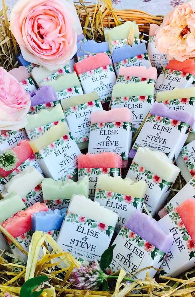 sabonetes artesanais cortados manualmente e embalados com papel personalizado