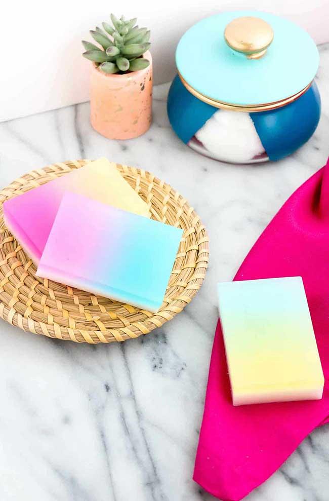 Um degradê suave e harmonioso de cores para o sabonete artesanal