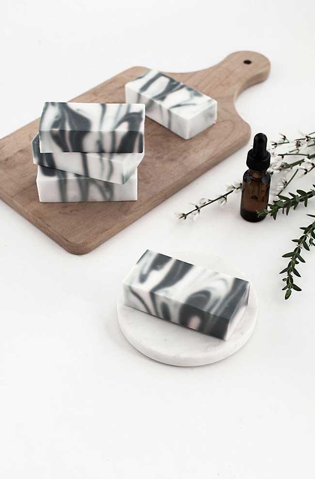 Sabonete decorado com efeito marmorizado