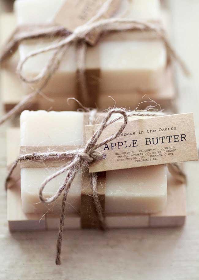Para um sabonete decorado de visual mais rústico e natural, invista em embalagens com papel pardo, ráfia ou juta.
