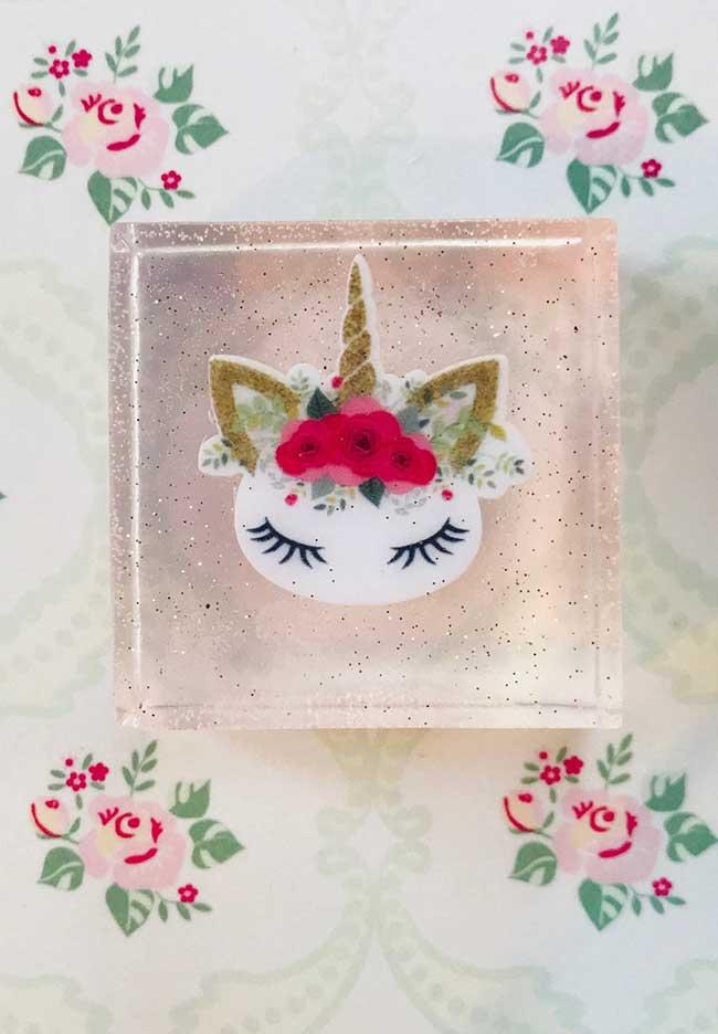 Sabonete decorado com unicórnio usando a técnica da decoupage com guardanapo