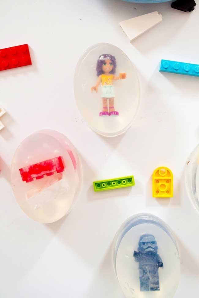 A brincadeira vai se formando após cada sabonete decorado ser usado