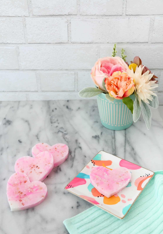 Se não tiver forminhas de coração, use um molde para cortar o sabonete depois de seco