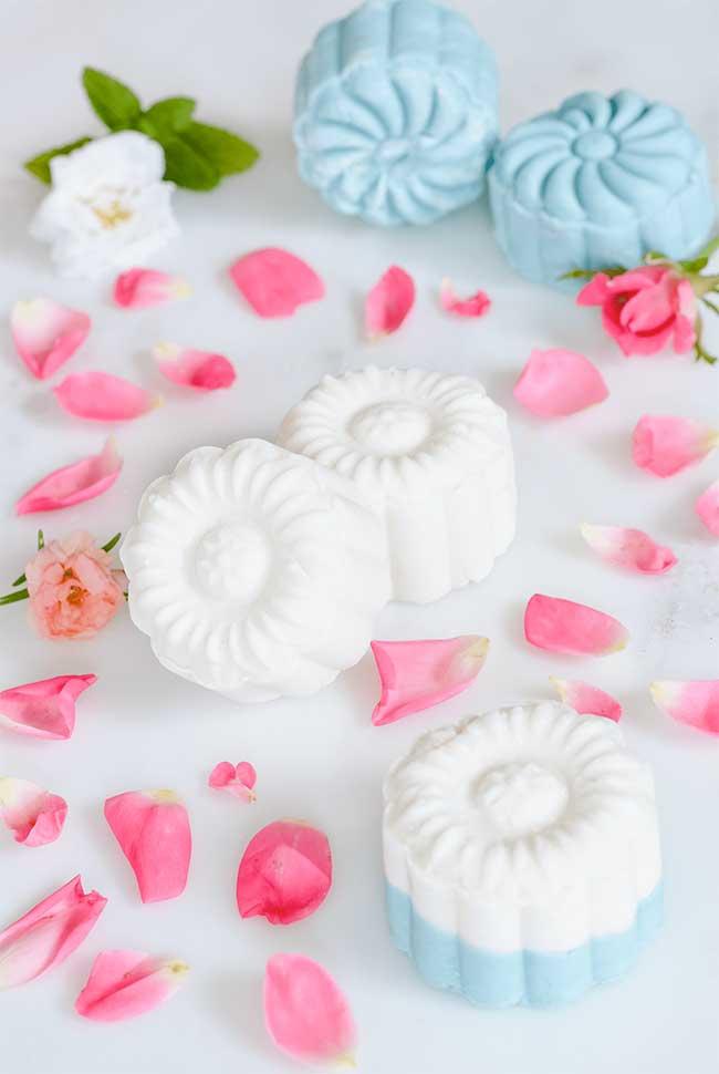 Sabonete decorado de flores em duas cores